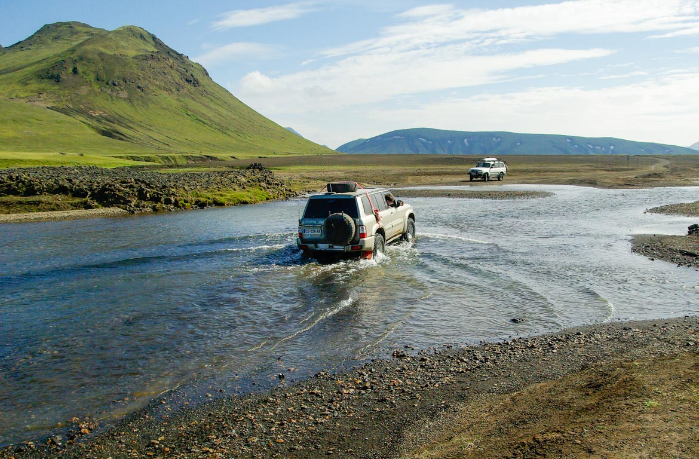 Atravessar rios em Landmannalaugar, Islândia