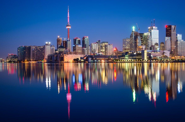 Arranha céus à noite em Toronto, Canadá