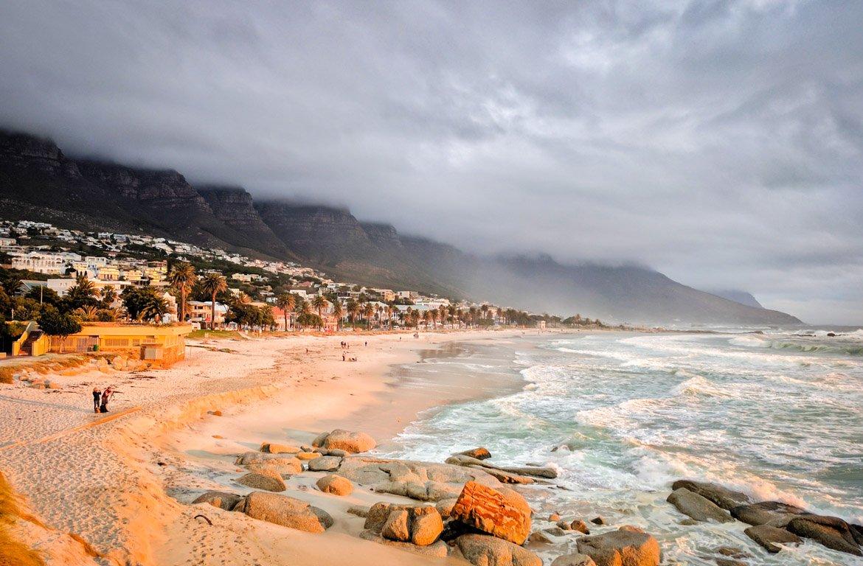 Nevoeiro na praia, em Camps Bay, Cidade do Cabo, na África do Sul
