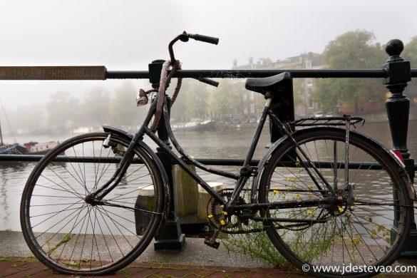 Bicicletas nos canais de Amesterdão, na Holanda