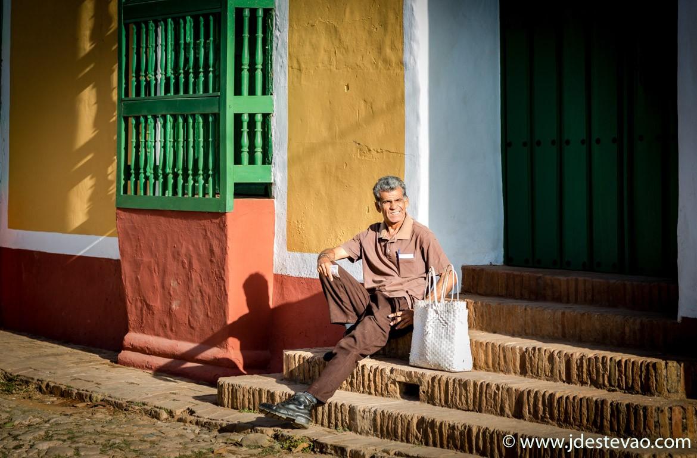 Homem cubano sentado nas ruas de Trinidad, em Cuba