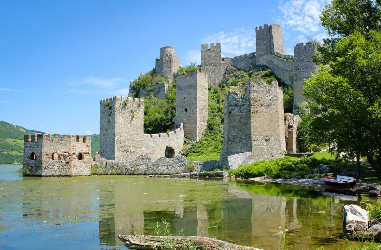 Castelo Golubac no interior do Parque Nacional Djerdap.