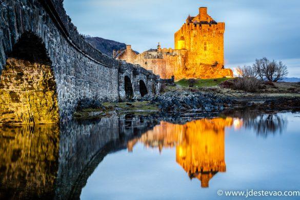 O efeito de espelho do Castelo de Eilean Donan, nas Terras Altas da Escócia.