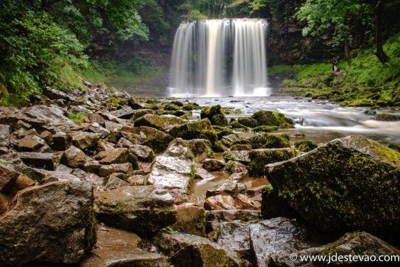 Catarata Sgwd-yr-Eira, Parque Nacional Brecon Beacons, no País de Gales
