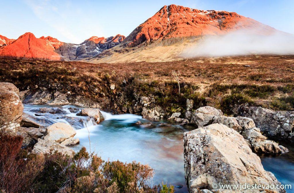 Pôr-do-sol nas Fairy Pools, na Ilha de Skye, na Escócia