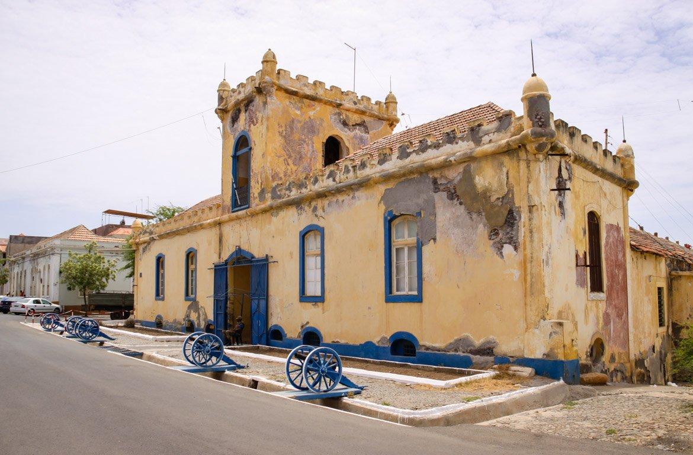 Casa-castelo na Cidade da Praia, em Cabo Verde.