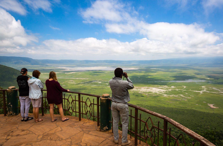 Turistas no Miradouro da Cratera de Ngorongoro, na Tanzânia, África