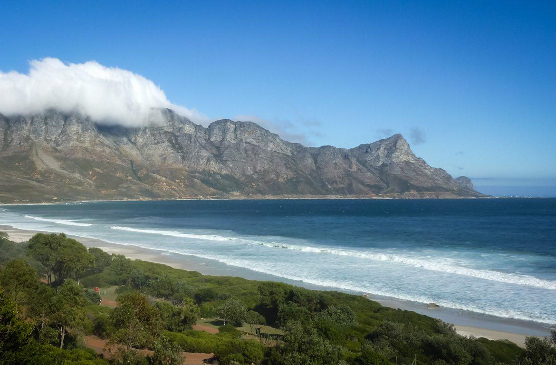Vista panorâmica de montanha e do Oceano Atlântico ao longo da Garden Route, África do Sul