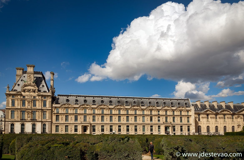 Nuvens sob o Museu do Louvre, em Paris, França