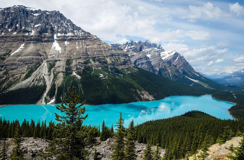 Montanhas e paisagem no Lago Moraine, Parque Nacional de Banff, Canadá