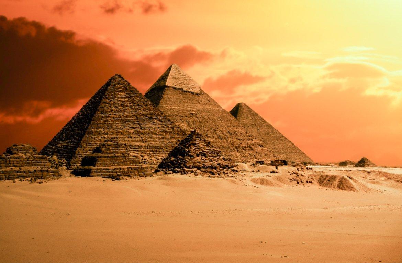 Pôr-do-sol nas Pirâmides de Gizé, no Cairo, Egipto.