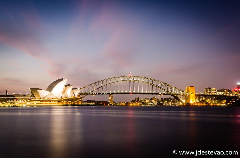 Casa da Ópera de Sydney (Sydney Opera House) e para a Ponte da Baía de Sydney (Sydney Harbour Bridge).