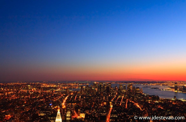 Vista área, ao pôr-do-sol, da cidade Nova Iorque, Estados Unidos da América