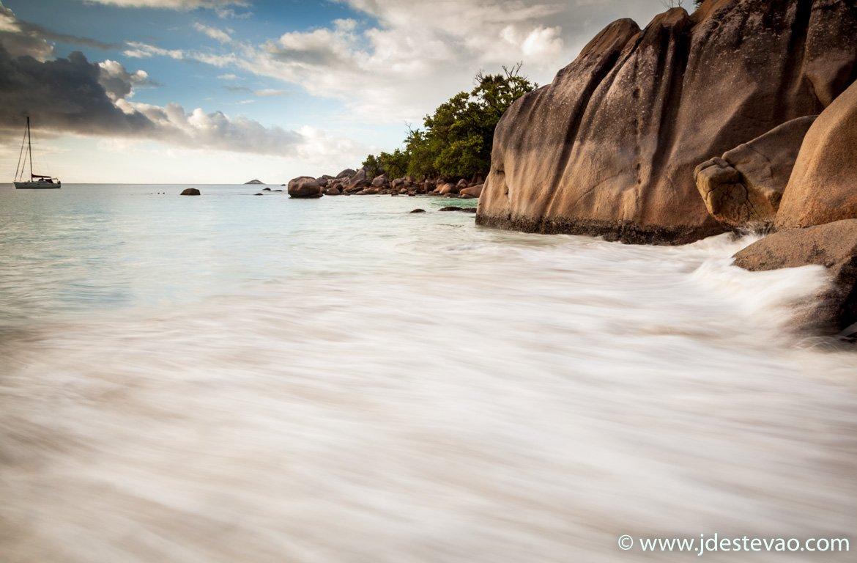 Barco à vela na praia Anse Lazio, Seychelles