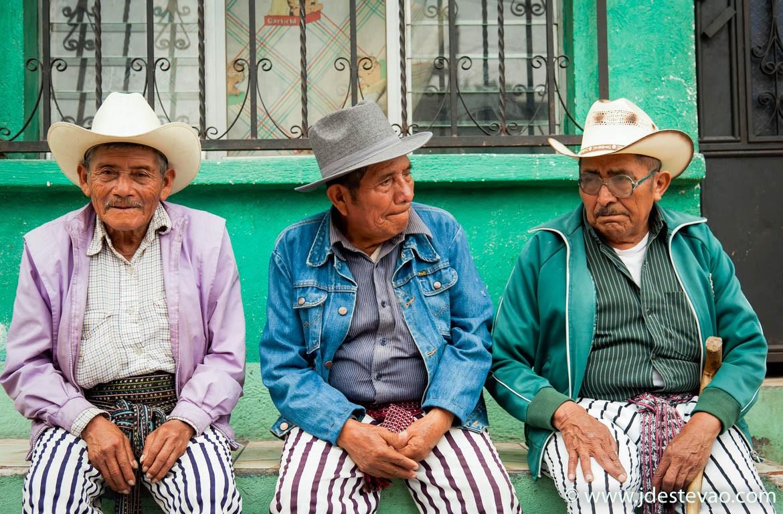 Três homens vestidos com roupas tradicionais, Santiago Atitlan, Lago Atitlan, Guatemala
