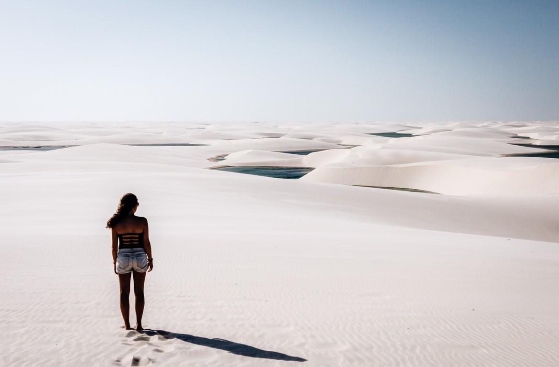 Turista no Parque Nacional dos Lençóis Maranhenses, no estado do Maranhão, no Brasil