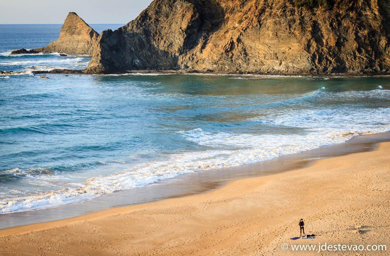 Surf na praia de Odeceixe, Algarve, Alentejo, Portugal