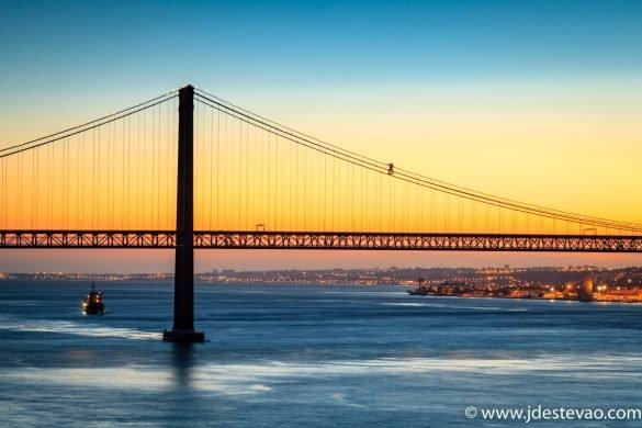 Pôr-do-sol em Lisboa, com vista para Ponte 25 de Abril.