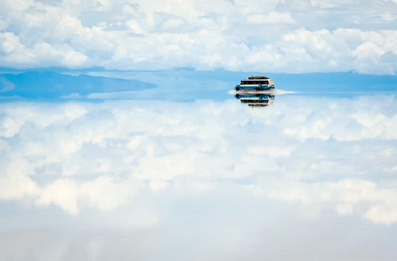 Espelho de água no Salar de Uyuni, na Bolívia