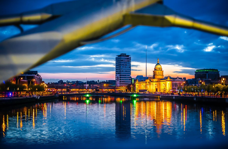 Ao fundo, iluminada, a Casa da Alfândega - Custom House, Dublin