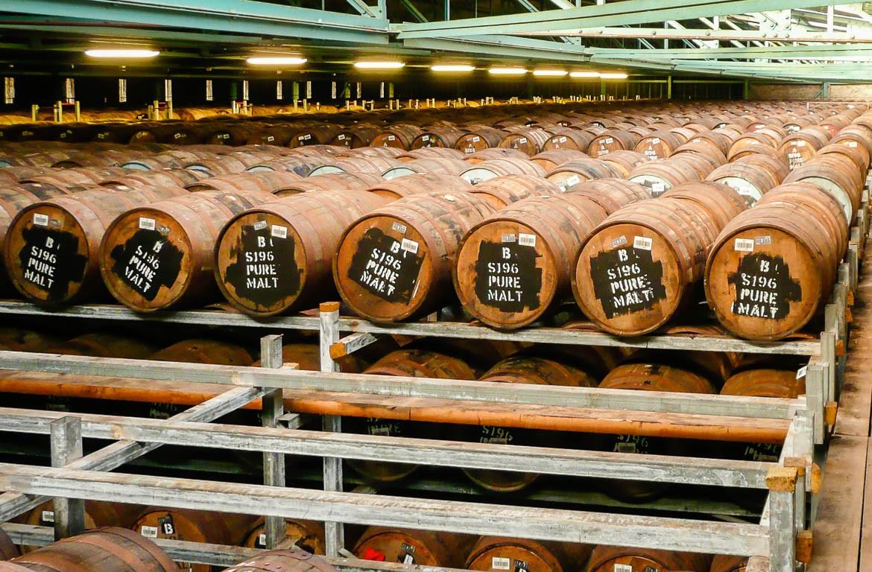 Interior da destilaria com centenas de Barris de whisky Bushmills, Antrim, na Irlanda do Norte