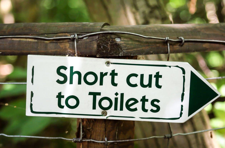 Placa com indicação para a casa de banho