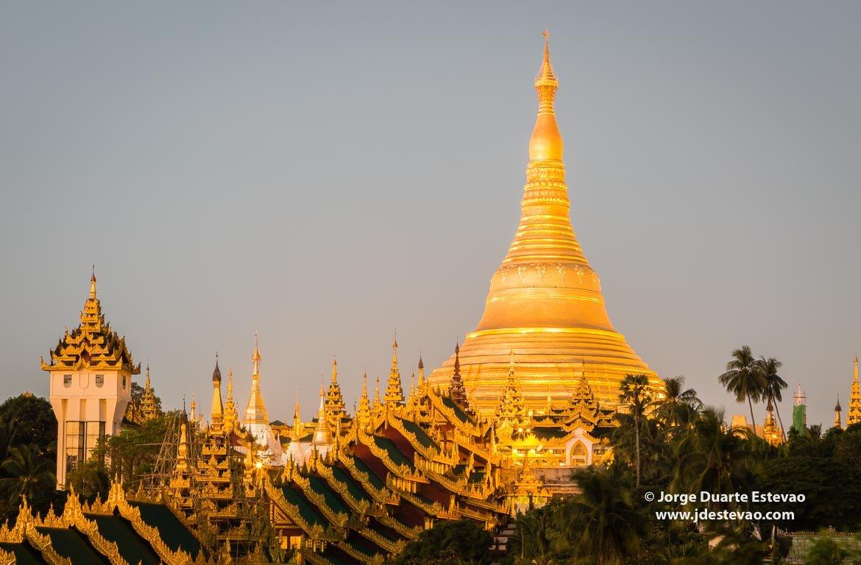 Se passar um dia em Yangon, é obrigatória a visita à Shwedagon Pagoda, composta por ouro e diamantes.