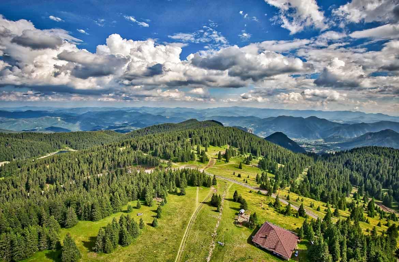 Paisagem de montanha, na região de Pamporovo, Bulgária.
