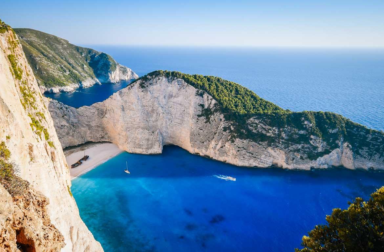 Praias deslumbrantes e remotas pontuam a costa das várias ilhas da Grécia.