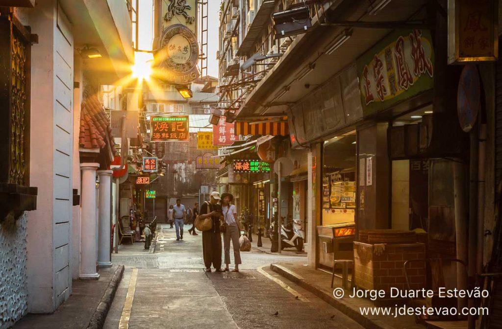 Turistas ao pôr-do-sol em Macau