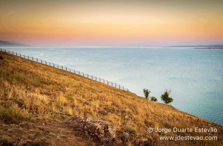 Pôr-do-sol no Lago Sevan, Arménia