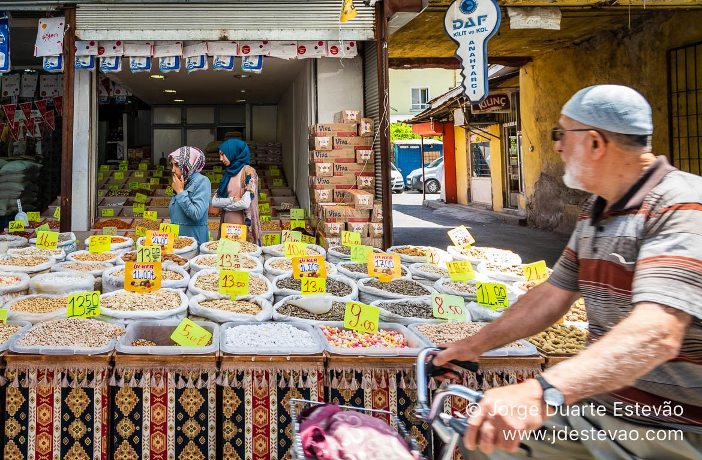 Ciclista no Bazar de Konya, Turquia