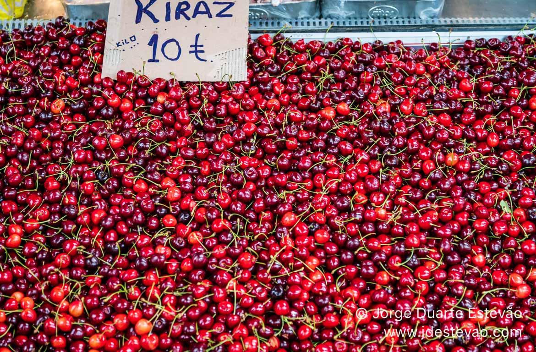 Cerejas no mercado de Eskisehir, Turquia