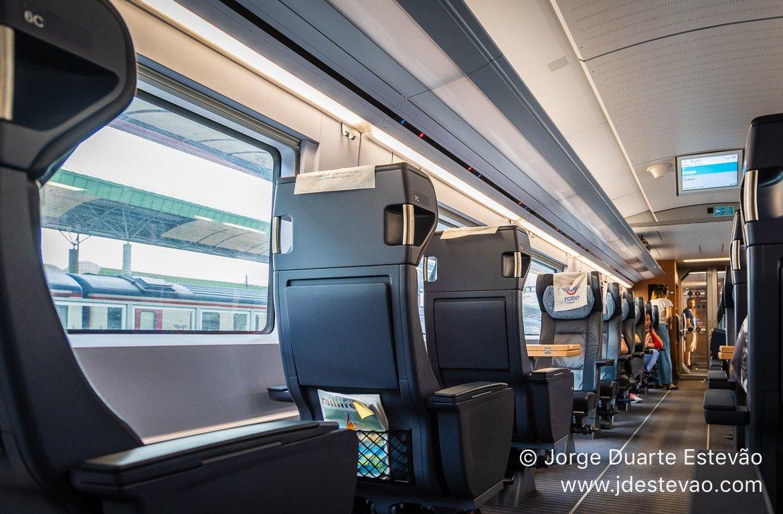 Interior primeira-classe comboio de alta velocidade YHT, Turquia