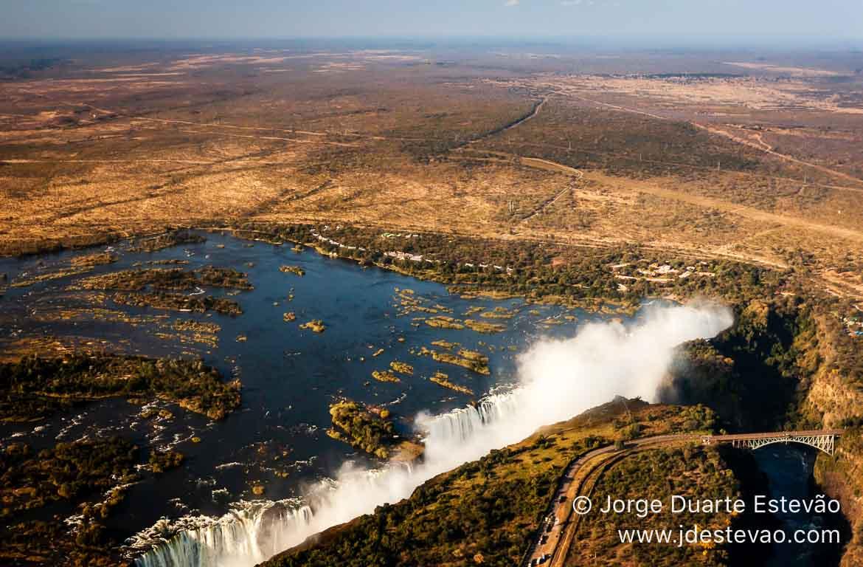 Ponte entre a Zâmbia e Zimbabué nas Cataratas de Vitória, Áf