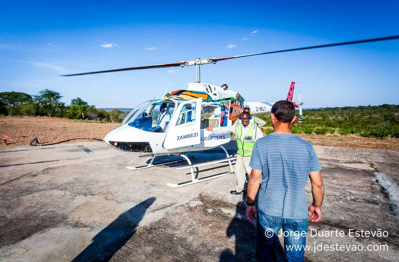Voo de helicóptero nas Cataratas de Vitória. Zimbabué, Victor