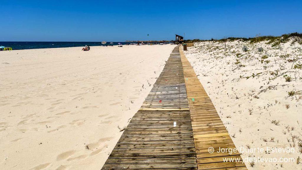 Passadiço de madeira na Praia da Terra Estreita, Tavira