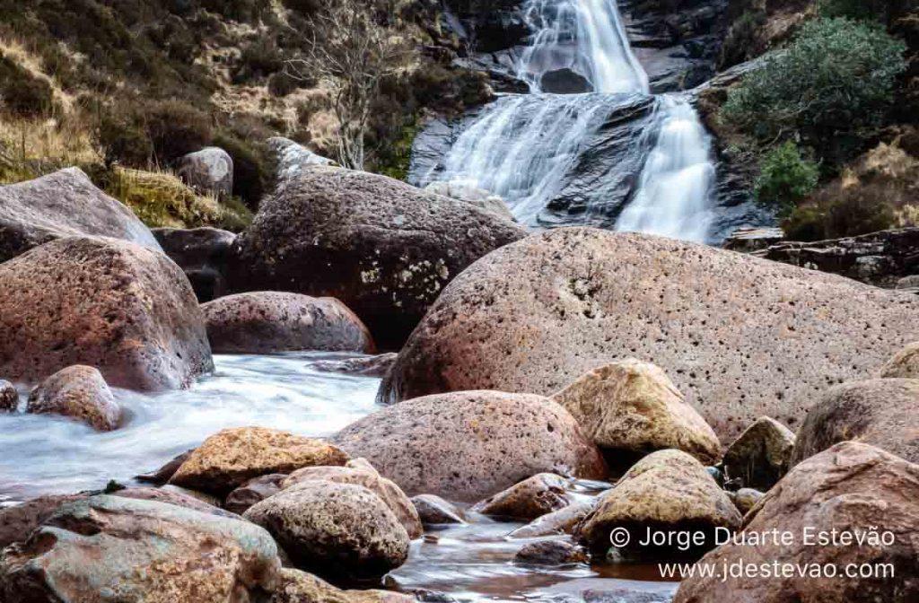 Cascata nas Terras Altas da Escócia