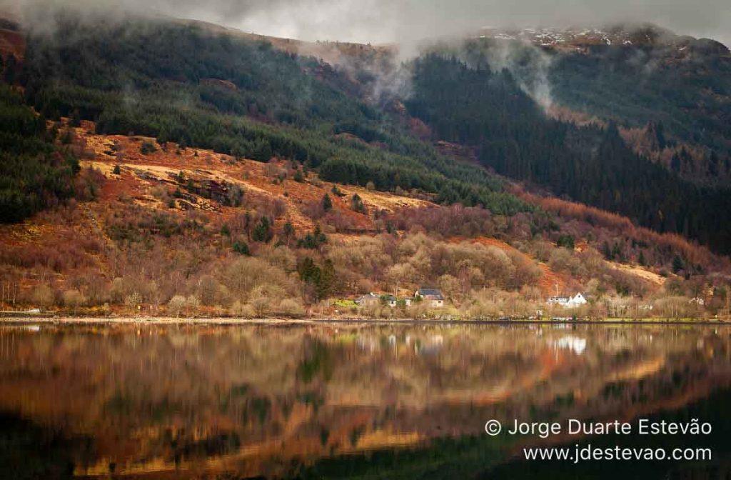 Lago espelhado nas Terras Altas, Glencoe, Escócia